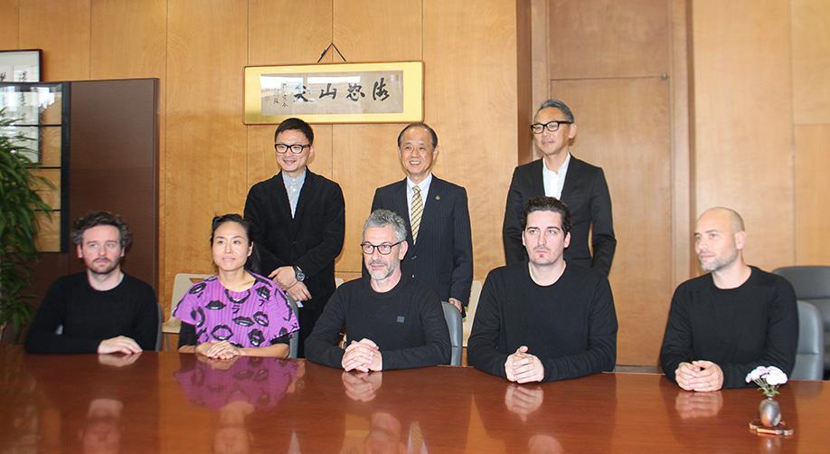 アーティストが、岡山市長を表敬訪問しました。